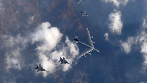 Bombardero estatégico B-52 hace formación con cazas F-15K y F-16 - Sputnik Mundo