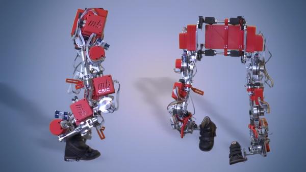 Exoesqueleto que ayuda a los niños con paraplejia a caminar - Sputnik Mundo