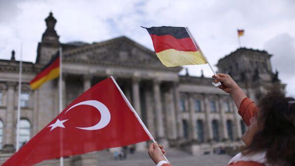 Banderas de Turquía y Alemania con Bundestag al fondo - Sputnik Mundo