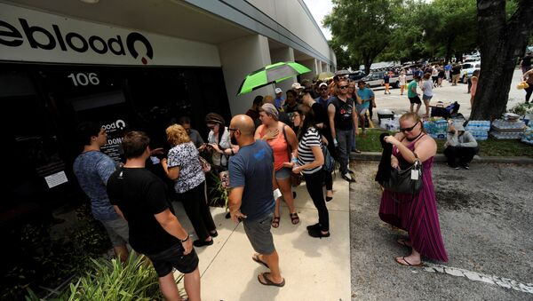 La gente espera en una cola cerca del hospital de Orlando para donar sangre tras el tiroteo - Sputnik Mundo