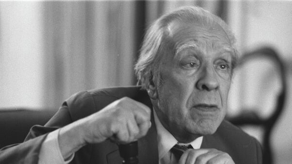 Argentina's writer Jorge Luis Borges talks in his Buenos Aires apartment on Nov. 20, 1981 - Sputnik Mundo