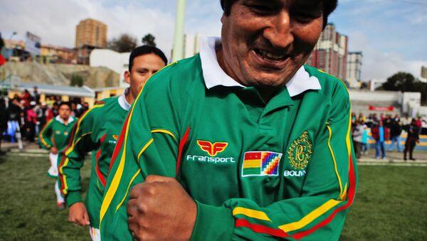 Evo Morales, expresidente boliviano y aficionado al fútbol, antes del partido amistoso contra los oficiales de La Paz, 2010 - Sputnik Mundo