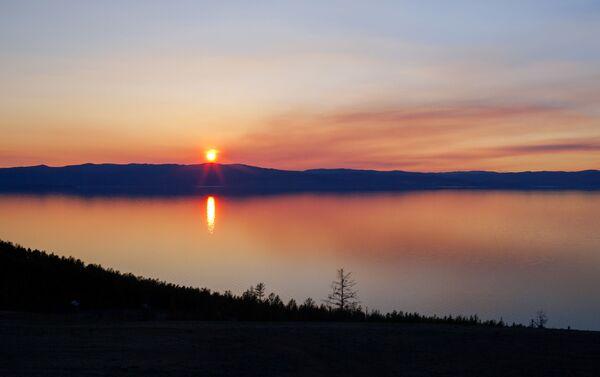 Atardecer en el lago Baikal - Sputnik Mundo
