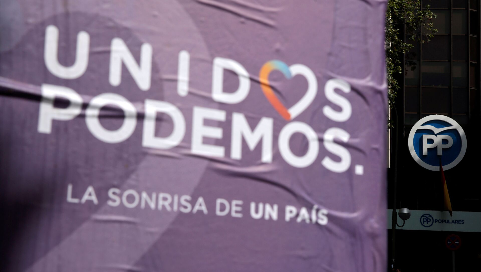 Cartel de la coalición Unidos Podemos al lado de la sede del Partido Popular - Sputnik Mundo, 1920, 11.08.2020