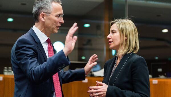 Jens Stoltenberg, secretario general de la OTAN, y Federica Mogherini, representante de la UE - Sputnik Mundo