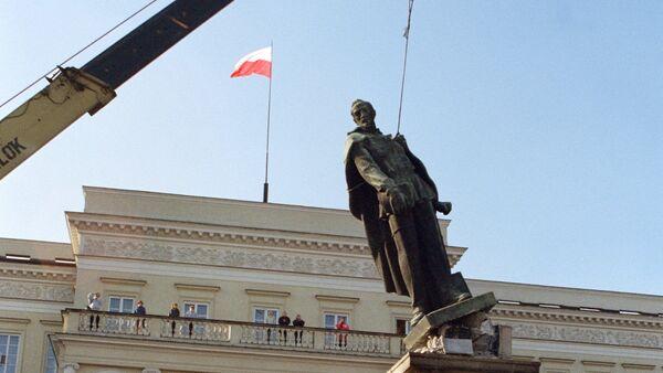 Demolición del monumento a Dzerzhinski, político soviético de nacionalidad polaca - Sputnik Mundo
