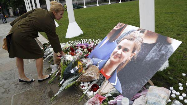 Flores en homenaje a la diputada Jo Cox en la Plaza del Parlamento en Londrés - Sputnik Mundo