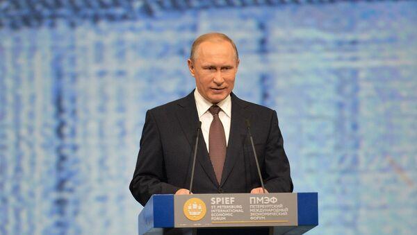 Presidente de Rusia, Vladímir Putin, durante la sesión del SPIEF - Sputnik Mundo