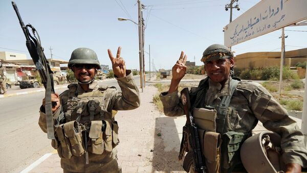 Iraqi soldiers gesture in center of Falluja - Sputnik Mundo