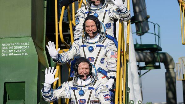 Los cosmonautos Timothy Peake, Timothy Kopra, Yuri Malénchenko - Sputnik Mundo
