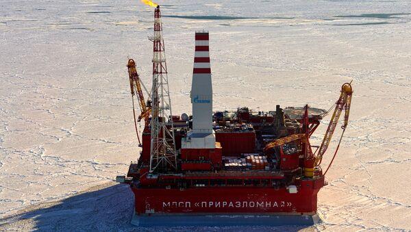 Plataforma sobre el yacimiento petrolífero Prirazlomnoye en el Árctico - Sputnik Mundo