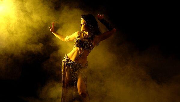 Una mujer bailando - Sputnik Mundo