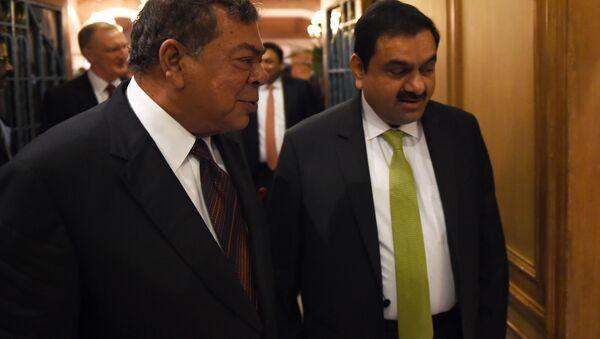 Fundador del Adani Group de India con el cofundador de Essar Group Shashi Ruia - Sputnik Mundo