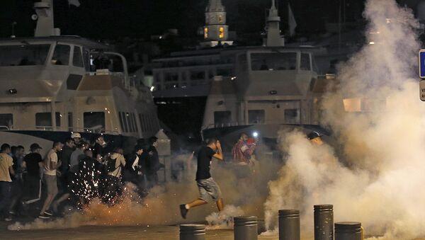 La policía francesa disuelve los disturbios protagonizados por los hinchas ingleses - Sputnik Mundo