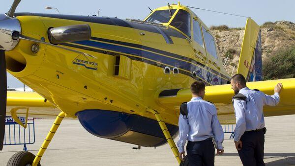 Pilotos israelíes al lado de un avión de bomberos - Sputnik Mundo
