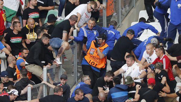 Hinchas antes del partido Hungría — Islandia - Sputnik Mundo