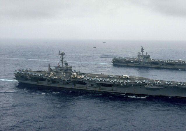 Portaviones estadounidenses John C. Stennis y Ronald Reagan en el mar de Filipinas