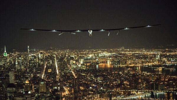 El avión Solar Impulse 2 vuela sobre Manhattan en la ciudad de Nueva York - Sputnik Mundo