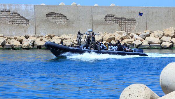 Una lancha de la Marina de Libia transporta a los refugiados - Sputnik Mundo