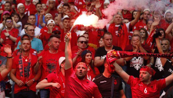Hinchas albaneses durante el partido entre Suiza y Albania - Sputnik Mundo