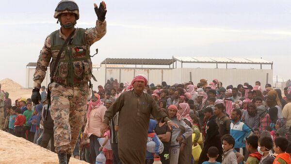 Un soldado jordano protege a los refugiados sirios (archivo) - Sputnik Mundo