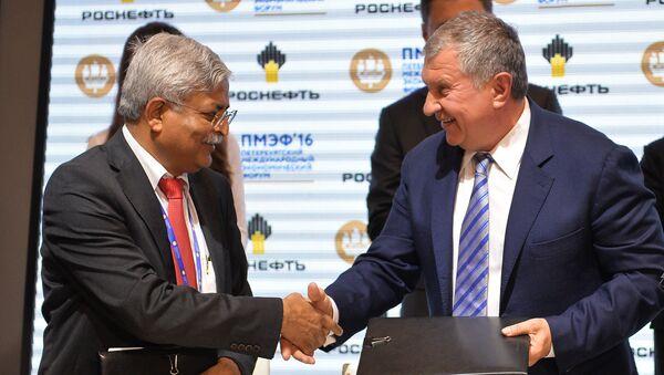 El presidente de Rosneft, Ígor Sechin, y  el ejecutivo de Indian Oil, Biswajit Roy - Sputnik Mundo
