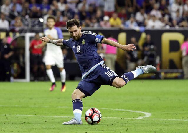 Messi juega durante el partido contra la selección de EEUU por la Copa América Centenario