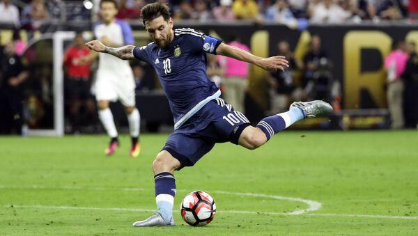 Messi juega durante el partido contra la selección de EEUU por la Copa América Centenario - Sputnik Mundo