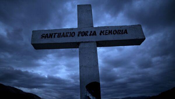 La cruz en el lugar donde hallaron cadáveres de las víctimas del conflicto interno, Huamanga, Perú - Sputnik Mundo