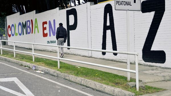 Un graffiti con una frase que dice Colombia en paz - Sputnik Mundo