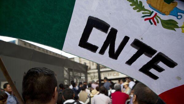 La bandera de México con las letras CNTE (Coordinadora Nacional de Trabajadores de la Educación) - Sputnik Mundo