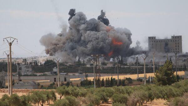 Las consecuencias de un ataque aéreo de EEUU en la provincia siria de Alepo (archivo) - Sputnik Mundo