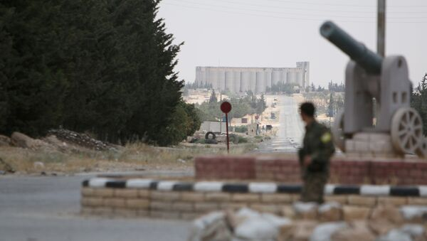 Un combatiente de las Fuerzas Democráticas de Siria (FDS) en afueras de Manbij, en el noreste de la provincia de Alepo - Sputnik Mundo