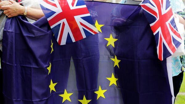 Banderas de la UE y Reino Unido - Sputnik Mundo