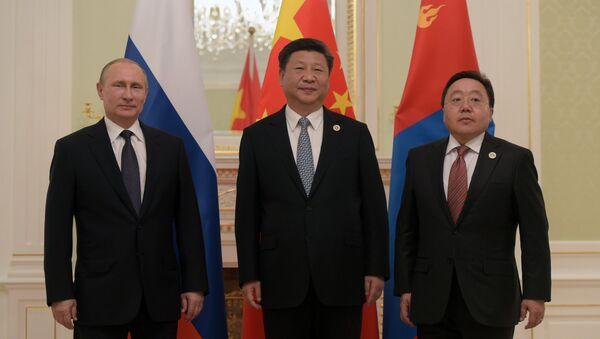 El presidente de Rusia Vladímir Putin, el presidente de China Xi Jinping y  el presidente de Mongolia Tsakhia Elbegdorj - Sputnik Mundo