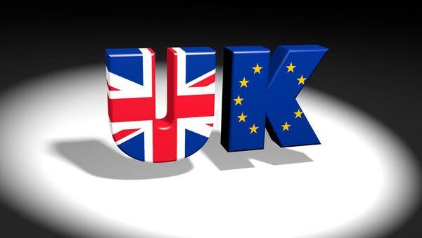 Un logo con las banderas del Reino Unido y la UE - Sputnik Mundo