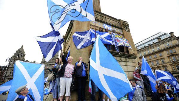 Partidarios de la independencia de Escocia con sus bandreras nacionales (archivo) - Sputnik Mundo