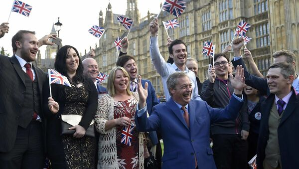 Лидер Партии независимости Соединенного Королевства (UKIP) Найджел Фараж приветствует результаты референдума - Sputnik Mundo