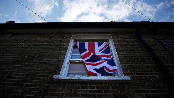 Una ventana con una bandera del Reino Unido en Londres - Sputnik Mundo