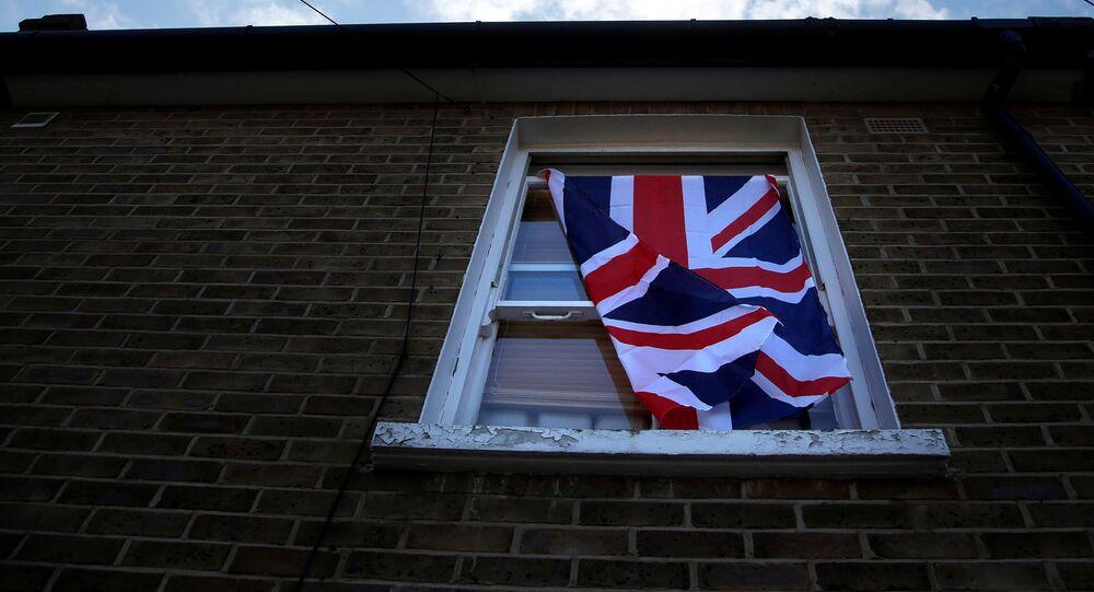 Una ventana con una bandera del Reino Unido en Londres