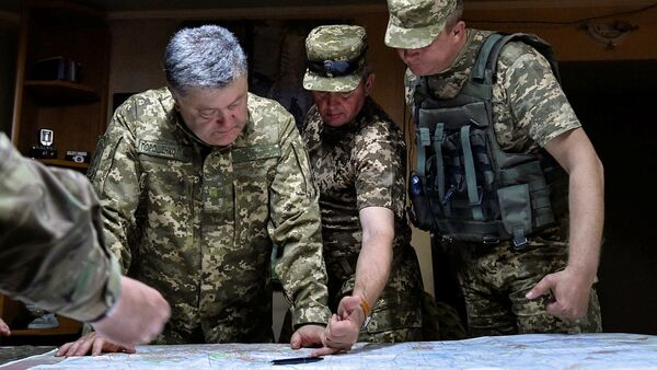 Petró Poroshenko, presidente ucraniano (izda.) - Sputnik Mundo