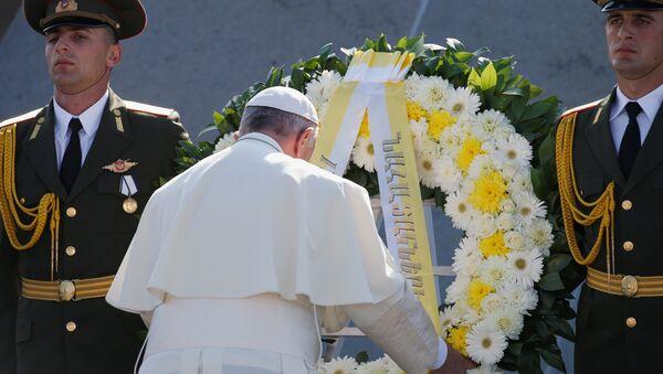 Papa Francisco rinde homenaje a las víctimas el genocidio armenio en Ereván - Sputnik Mundo