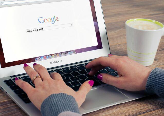 Una mujer buscando en Google