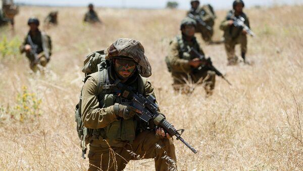 Soldados israelíes durante las maniobras en los Altos del Golán en la frontera con Siria - Sputnik Mundo