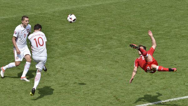 Switzerland's midfielder Xherdan Shaqiri (R) shoots to score his team's equaliser during the Euro 2016 round of sixteen football match Switzerland vs Poland, on June 25, 2016 - Sputnik Mundo