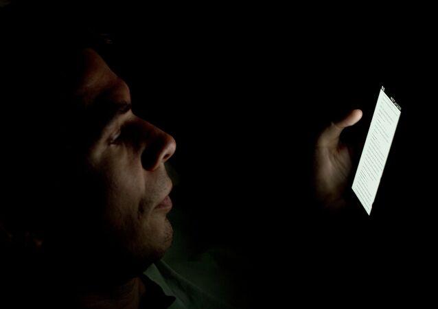 Un hombre mira su smartphone (imagen ilustrativa)
