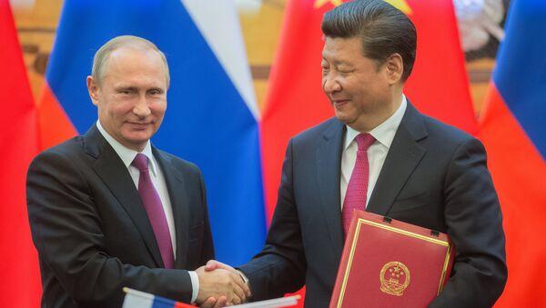 El presidente de Rusia con su homólogo chino, Xi jingping durante la firma de acuerdos en Pekín - Sputnik Mundo