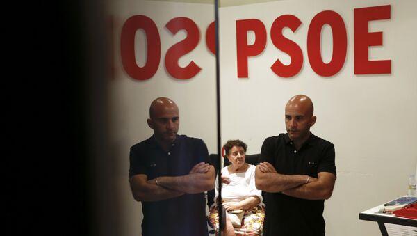 La gente esperando los resultados de las elecciones en la sede del PSOE en España - Sputnik Mundo