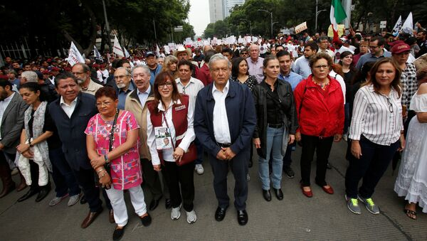 Andrés Manuel López Obrador, líder del Movimiento de Regeneración Nacional (Morena, izquierda), durante una protesta - Sputnik Mundo