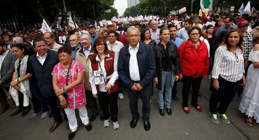 Andrés Manuel López Obrador, líder del Movimiento de Regeneración Nacional (Morena, izquierda), durante una protesta
